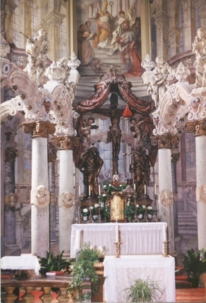 Pohled na krucifix se svatostánkem